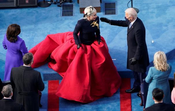 El presidente electo Joe Biden saluda a Lady Gaga durante la toma de posesión
