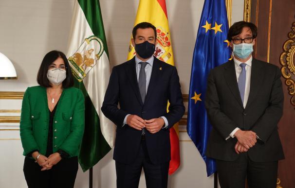 Los ministros de Política Territorial y Sanidad, Carolina Darias y Salvador Illa, junto al presidente andaluz, Juanma Moreno
