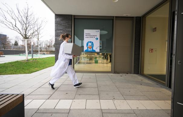 Una trabajadora sanitaria transporta una caja con vacunas contra el coronavirus en Alemania Andreas Arnold / dpa pool / dpa 27/12/2020 ONLY FOR USE IN SPAIN