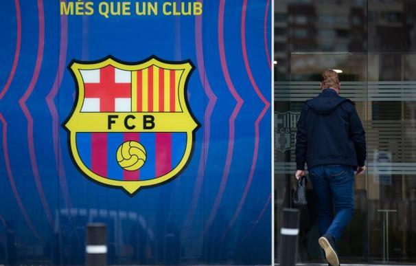 El entrenador del FC Barcelona, Ronald Koeman, a su entrada a una reunión en las oficinas del Camp Nou, el estadio del Barça