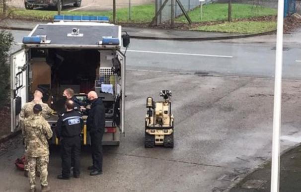 La unidad antibombas despliega un robot en la sede de AstraZeneca en Wrexham (Gales).
