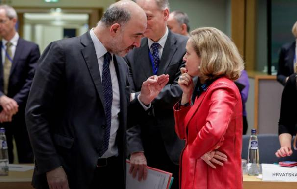El comisario de Asuntos Económicos, Pierre Moscovici, junto a Nadia Calviño