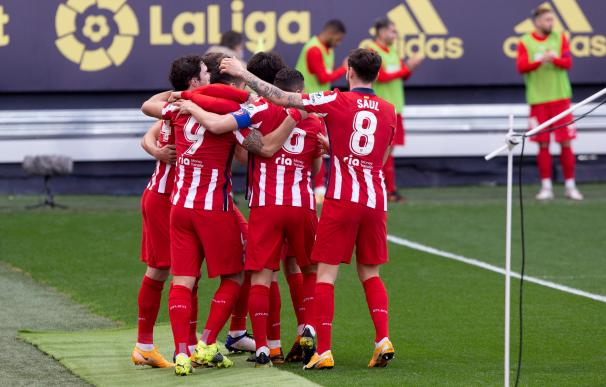 Los jugadores del Atlético de Madrid celebran el primer gol de Luis Suárez frente al Cádiz.