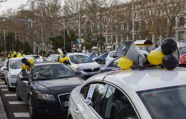 Una caravana de coches convocada por la Plataforma estatal de Trabajadores Públicos se concentra para protestar contra la contratación temporal de las administraciones públicas en la plaza de Cibeles en Madrid (España)