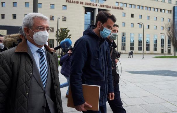 El acusado, Daniel L.O, de 36 años (c), sale este lunes del Palacio de Justicia de Pamplona,