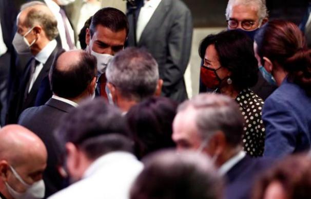 El presidente del Gobierno junto a un grupo de empresarios.