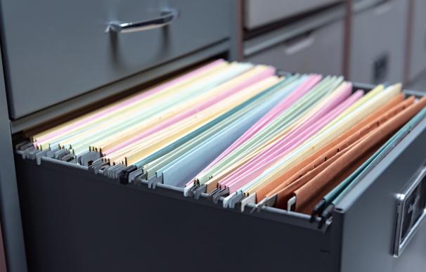 El administrador no quiere devolver los libros de la comunidad: ¿qué hacemos?