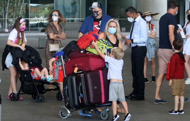 Varios turistas británicos llegan al aeropuerto de Málaga durante el verano de 2020.