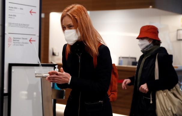 La candidata de En Comú Podem a la Generalitat, Jéssica Albiach, se limpia las manos antes de votar en su colegio electoral en Barcelona.