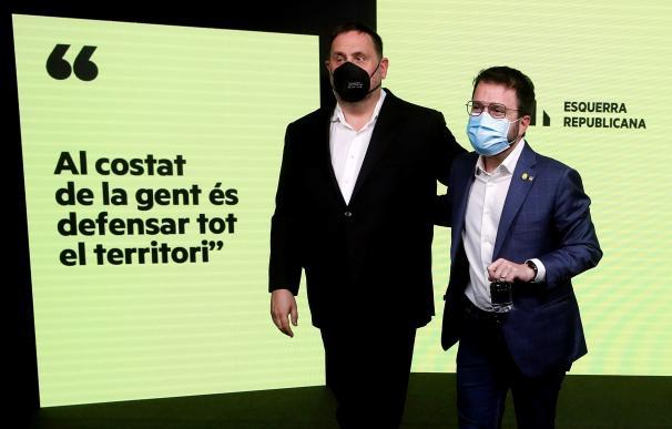 El candidato de ERC a la presidencia de la Generalitat, Pere Aragonès, acompañado por el presidente del partido, Oriol Junqueras.