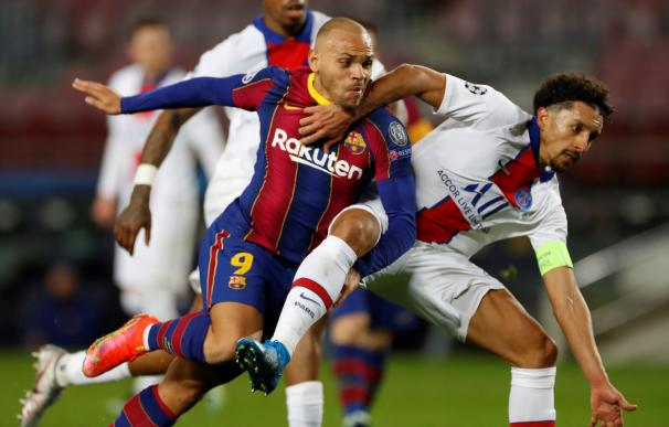 El delantero inglés del FC Barcelona, Martin Braithwaite (i), pelea en una jugada ante el defensa brasileño del Paris Saint Germain, Marcos Aoas Correa.