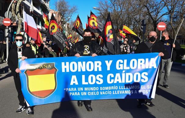 Personas asisten a una marcha neonazi en homenaje a los caídos de la División Azul, este sábado en Ciudad Lineal, Madrid.