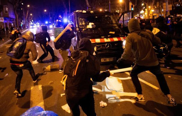 Varios manifestantes lanzan objetos a un vehículo de los cuerpos antidisturbios tras la manifestación de protesta por la detención del rapero Pablo Hasel ayer en Barcelona.