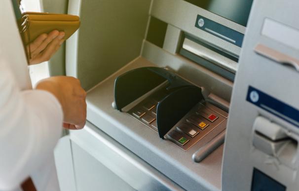 Persona sacando dinero de un cajero