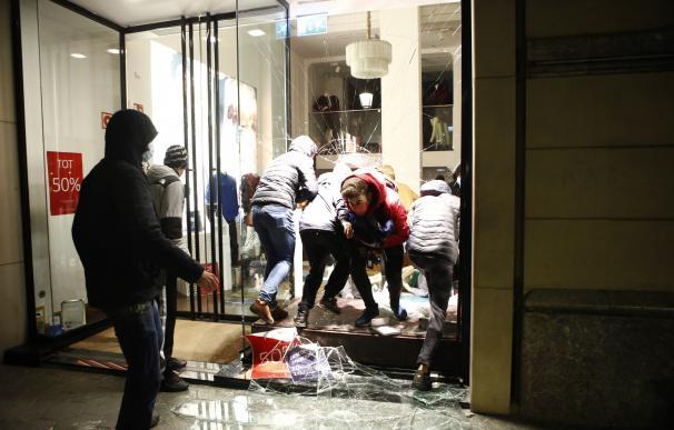 Manifestantes entran en un comercio tras la manifestación celebrada esta tarde en Barcelona en protesta por el encarcelamiento del rapero Pablo Hasél.