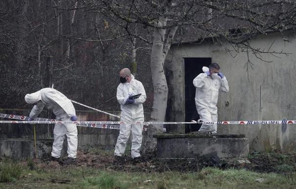 Guardias civiles y bomberos trabajan este lunes en la finca en la que apareció un cadáver introducido en un pozo en O Porriño