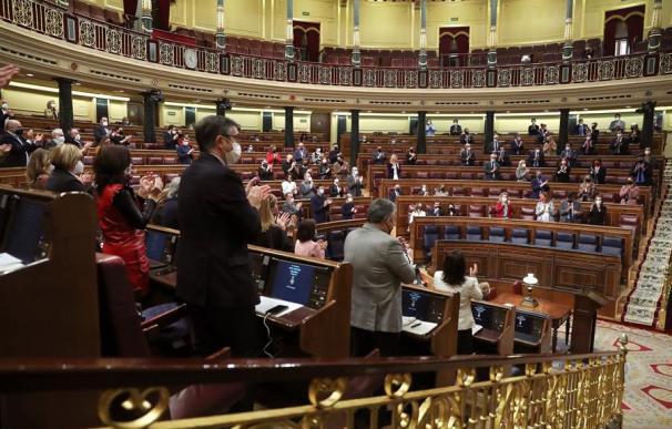 Parlamentarios aplauden durante el pleno del Congreso de los Diputados, este martes en Madrid. Entre aplausos de todos los grupos parlamentarios, a excepción de los diputados de Vox, los portavoces de distintos grupos parlamentarios han recordado por sus nombres a las 1.081 mujeres asesinadas por violencia machista desde 2003 en España como respuesta al intento de Vox de revocar la Ley contra la violencia de género mediante una legislación de violencia intrafamilia