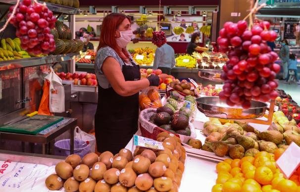 Una trabajadora de una frutería del Mercado Central de Valencia atiende a los clientes después de que el Ministerio de Sanidad autorizara a que la totalidad de la Comunidad Valenciana pasase en su conjunto a la fase 1 de la desescalada, en Valencia/Comunidad Valenciana (España) a 18 de mayo de 2020. 18 MAYO 2020 COVID-19;DESESCALADA;CORONAVIRUS;PANDEMIA;ENFERMEDAD Iván Terrón / Europa Press (Foto de ARCHIVO) 15/3/2020