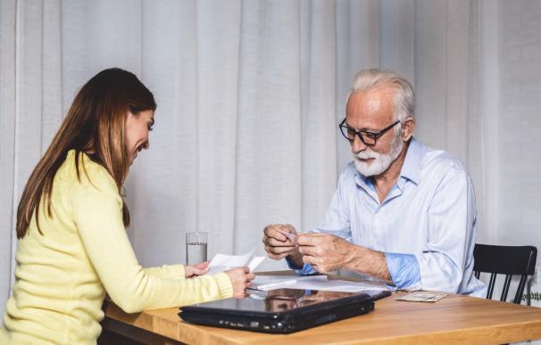 Dos personas administrando las facturas.