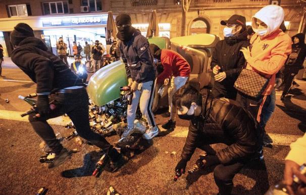 Lanzamiento de botellas en la octava noche de enfrentamientos en Barcelona