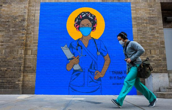 18 May 2020, US, New York: A Mural with image of a nurse is pictured in front of a hospital at New York's Harlem neighborhood as New York City is still the epicentre of the Coronavirus pandemic across the USA. Photo: Vanessa Carvalho/ZUMA Wire/dpa (Foto de ARCHIVO) 18/5/2020 ONLY FOR USE IN SPAIN
