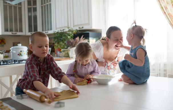 Familia numerosa formada por una madre con tres hijos.