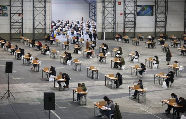Medio millar de personas realizan un examen de oposición en Pontevedra con medidas Covid.