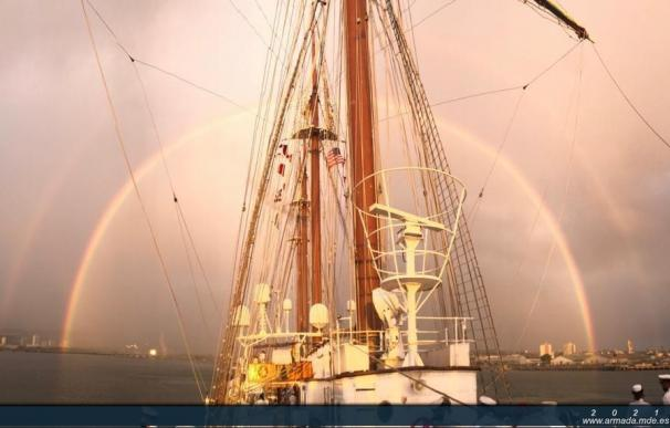 El buque escuela 'Juan Sebastián Elcano', a su llegada a Pearl Harbor (EEUU).