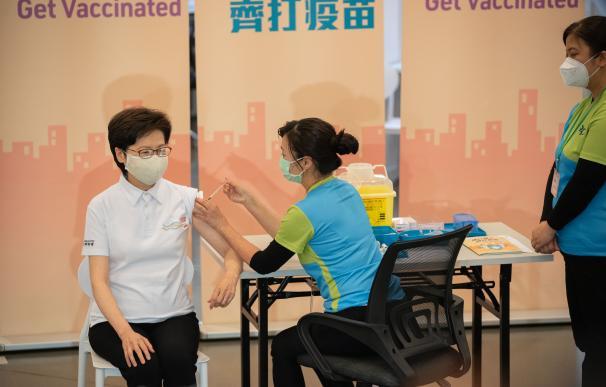 La máxima dirigente de Hong Kong, Carrie Lam, recibe una dosis de la vacuna contra la Covid.