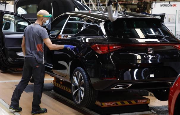 Un trabajador de la línea de producción del Seat León de la fábrica de Martorell (Barcelona) de Seat SEAT (Foto de ARCHIVO) 27/4/2020