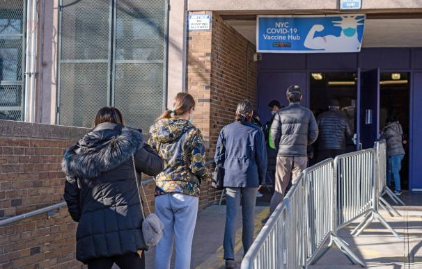 10 January 2021, US, New York: People enter the NYC Health Department Vaccine Hub in Queens to get the coronaviurs (COVID-19) vaccine. Photo: Ron Adar/SOPA Images via ZUMA Wire/dpa Ron Adar / SOPA Images via ZUMA Wi / DPA (Foto de ARCHIVO) 10/1/2021 ONLY FOR USE IN SPAIN