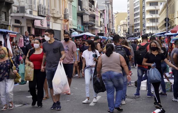 Un grupo de personas camina en una de las zonas comerciales de Sao Paulo. CRISTINA FAGA / ZUMA PRESS / CONTACTOPHOTO (Foto de ARCHIVO) 27/10/2020 ONLY FOR USE IN SPAIN
