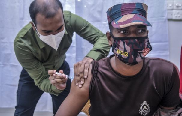09 February 2021, Bangladesh, Sylhet: A health worker vaccinates a Border Guard Bangladesh soldier with the Oxford-AstraZeneca coronavirus (COVID-19) vaccine during the mass vaccination campaign at Osmani Medical College and Hospital- Vaccination Center. Photo: Md Rafayat Haque Khan/ZUMA Wire/dpa 9/2/2021 ONLY FOR USE IN SPAIN
