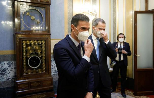 El rey Felipe VI y el presidente del Gobierno, Pedro Sánchez en el Salón de los pasos perdidos del Congreso de los Diputados