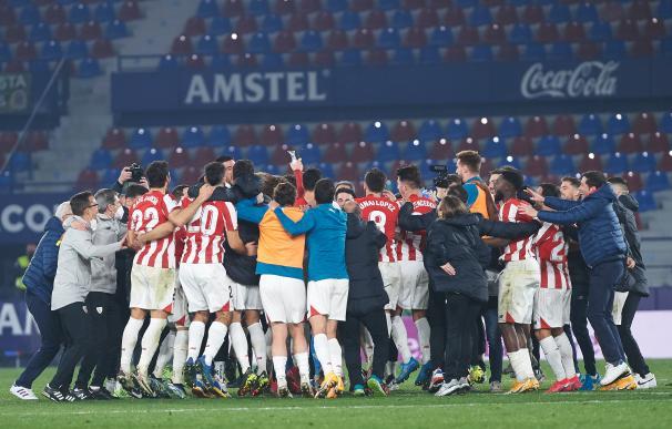 Los jugadores del Athletic Club de Bilbao celebran su pase a la final de Copa del Rey de 2021.