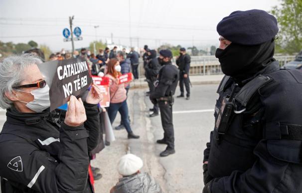 Los Mossos d'Esquadra impiden el paso a los componentes de un grupo de manifestantes convocados por los CDR,