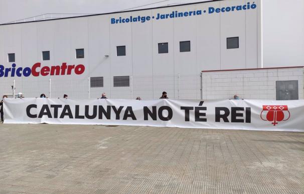 05/03/2021 Cuelgan una pancarta frente la puerta de Seat de Martorell (Barcelona) contra la visita del Rey. MARTORELL (BARCELONA), 5 (EUROPA PRESS) Un grupo de manifestantes ha colgado este viernes una pancarta con el lema 'Cataluña no tiene Rey' frente a la entrada principal de la sede de Seat en Martorell (Barcelona) para protestar por la visita del Rey Felipe VI, acompañado del presidente del Gobierno, Pedro Sánchez. La manifestación convocada por la ANC y Òmnium a las 9.30 horas de la mañana en el puente de la Plaça 19 de Martorell (Barcelona) --que pasa por encima de la autopista AP-7 con una veintena de personas--, y la manifestación convocada por los CDR a las 9.00 horas en el puente de la plaza Joan Serrats con otra veintena, se han disuelto en torno las 11 horas. Algunos de los manifestantes se han desplazado frente la puerta principal de Seat, a la espera de que el Rey saliera de su visita en la sede, y han desplegado la pancarta, en una protesta que cuenta con la presidenta de la ANC, Elisenda Paluzie. POLITICA