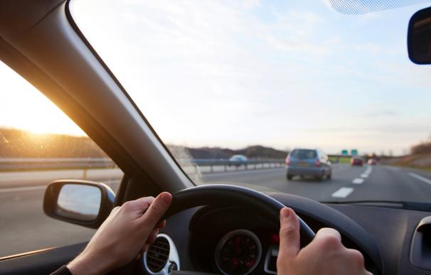 Una persona conduciendo por la autopista.