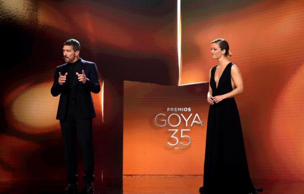 Antonio Banderas y María Casado en el escenario de los premios Goya