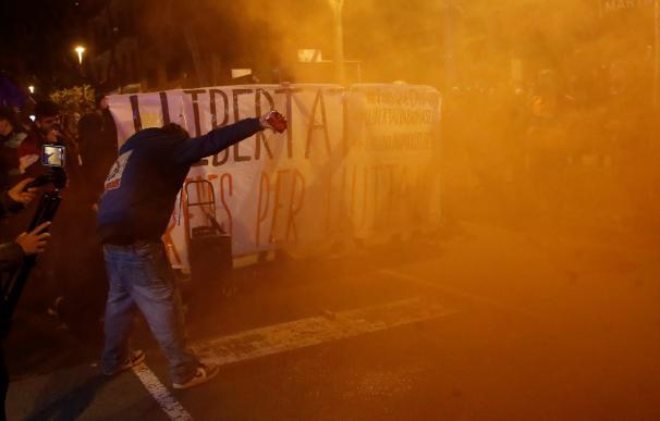 Un manifestante lanza objetos contra los Mossos en una nueva protesta en Barcelona.