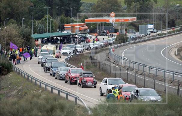 """Cientos de vehículos han colapsado hoy la autovía A-4 a su paso por Jaén organizados en tres caravanas que han confluido poco antes del puerto de Despeñaperros, la salida de Andalucía hacia Castilla-La Mancha, en protesta por el """"abandono político de la provincia"""