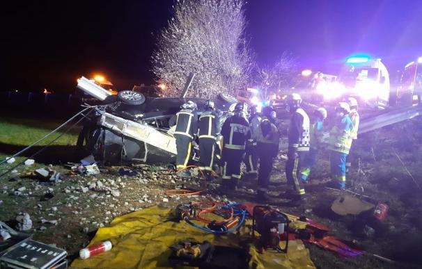 Los servicios de emergencias trabajan en el accidente de Pozuelo del Rey (Madrid).