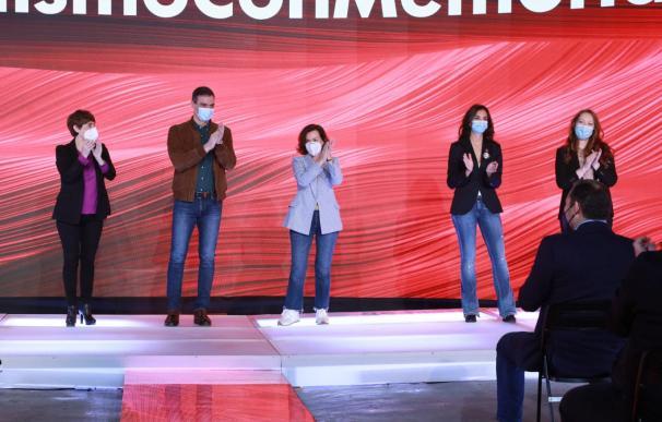 Pedro Sánchez, junto a Carnen Calvo, en el acto celebrado para recordar el 8M.