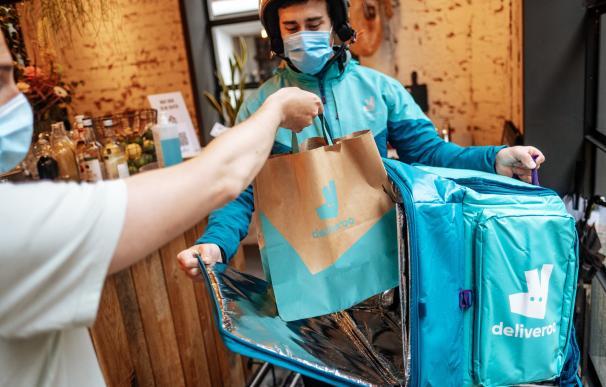 Un repartidor de Deliveroo, durante una entrega en la época de pandemia.