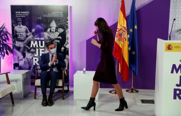 El presidente del Gobierno, Pedro Sánchez, aplaude a la ministra de Igualdad, Irene Montero, tras su intervención en el acto institucional con motivo del 8 de marzo, Día Internacional de la Mujer, en el que, bajo el lema 'Por ser Mujeres. España Feminista', se rendirá homenaje a todas las mujeres que han estado en primera línea durante la pandemia.