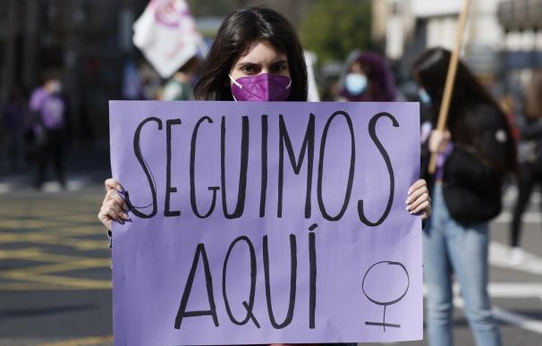Una activista participa junto a centenares de mujeres en una marcha por el Día Internacional de la Mujer este lunes en Santiago de Compostela.