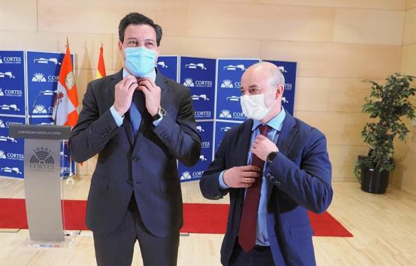 El portavoz parlamentario del PP en las Cortes de Castilla y León, Raúl de la Hoz (iz), y su homólogo de Ciudadanos, David Castaño,