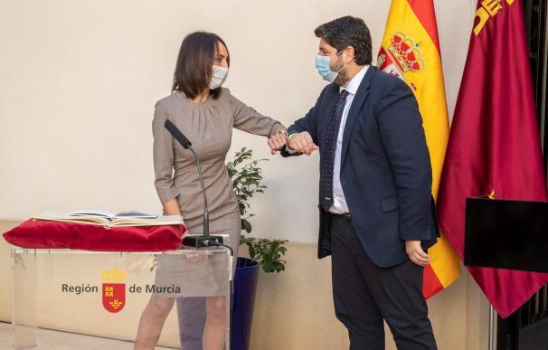 La consejera nueva de empresa industria y portavocía de Murcia, Valle Miguélez (i), saluda al presidente Fernando López Miras (d), durante su toma de posesión