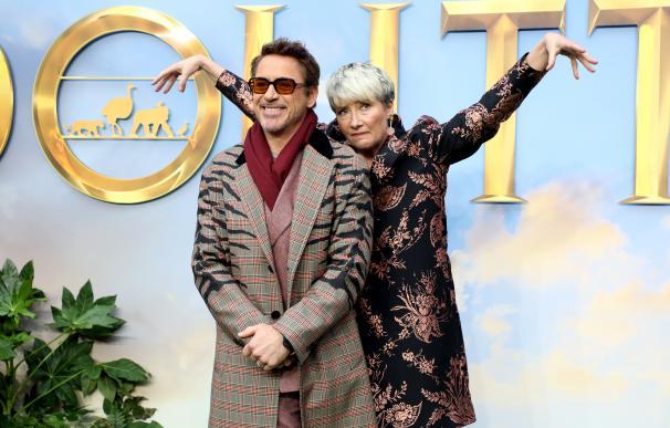 Robert Downey Jr. y Emma Thompson, en el estreno en Londres de 'Dolittle'.