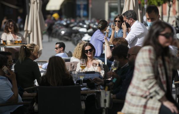 Personas en la terraza de un bar en Sevilla (Andalucía, España), a 12 de marzo de 2021. María José López / Europa Press 12/3/2021
